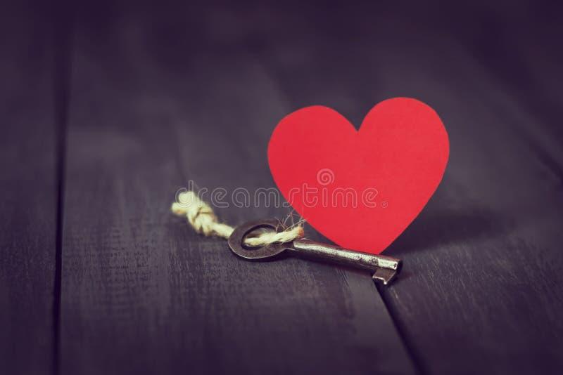 Rode document hart oude zeer belangrijk en stelt op een donkere houten achtergrond voor St de Dag van de valentijnskaart ` s De r stock afbeelding
