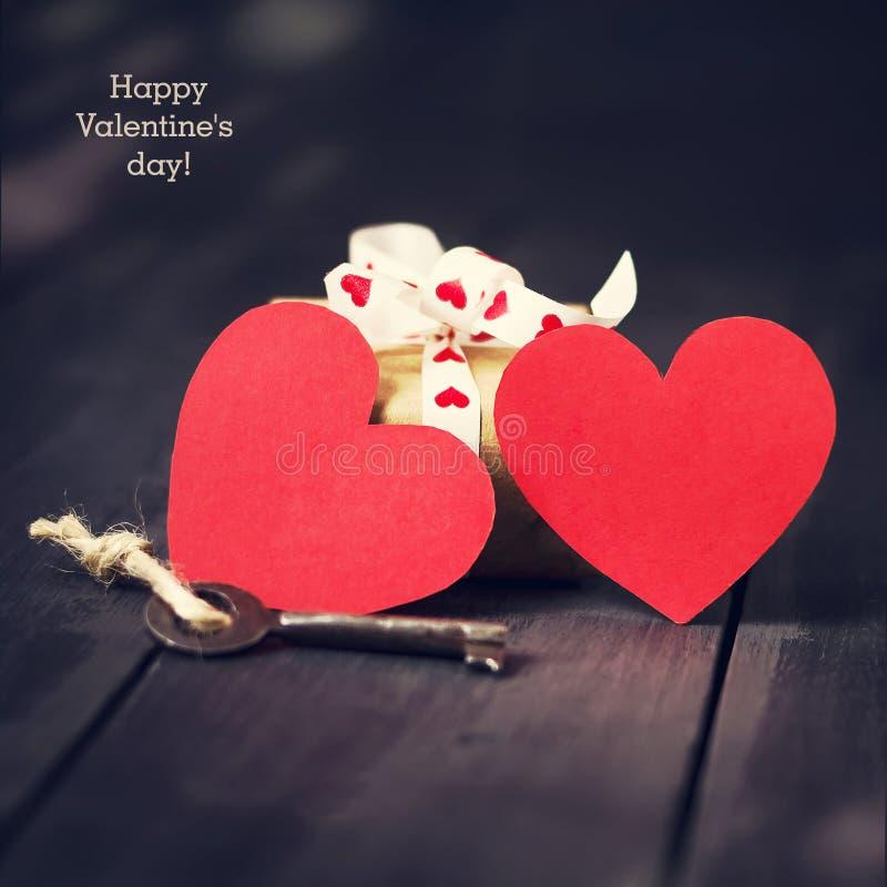 Rode document hart oude zeer belangrijk en stelt op een donkere houten achtergrond voor St de Dag van de valentijnskaart ` s De r royalty-vrije stock foto's