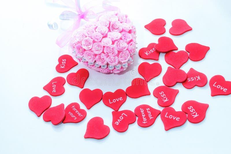 Rode document harten met roze met de hand gemaakte decoratie voor huwelijksviering voor valentijnskaartdag royalty-vrije stock foto