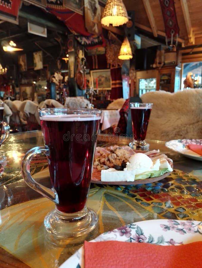 Rode drank en plaat met voedsel, specifiek restaurant stock foto