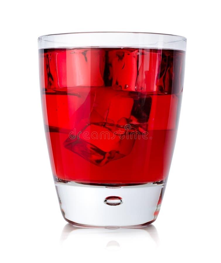 Rode drank met ijsblokjes in een glas royalty-vrije stock afbeeldingen