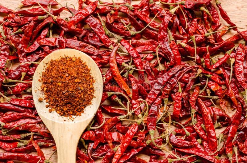 Rode droge Spaanse peperpeper op houten lepel stock afbeeldingen