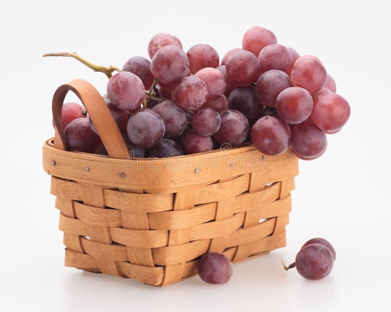 Rode druif in de mand stock afbeelding