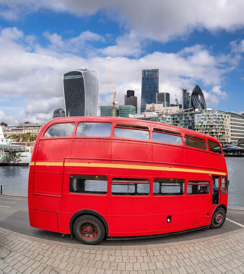 Rode dubbele dekbus met moderne wolkenkrabbers in Londen, Engeland, het UK royalty-vrije stock foto