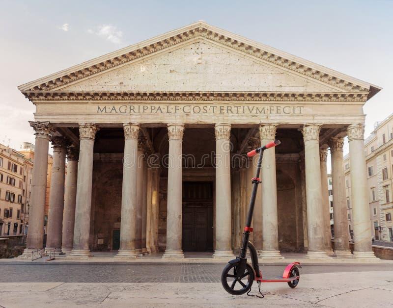 Rode duwautopedden tegen de achtergrond van het Pantheon in Rome, Italië stock foto