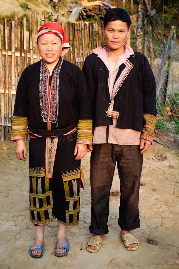 Rode Dzao-etnische minderheidfamilie dichtbij het huis stock afbeelding