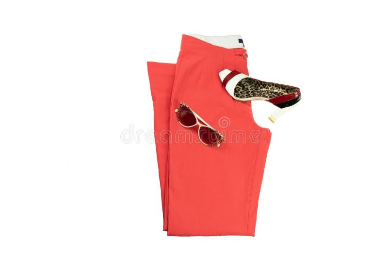 Rode elegante vrouwenbroeken, een aanpassings elegante vrouwelijke schoen en royalty-vrije stock fotografie