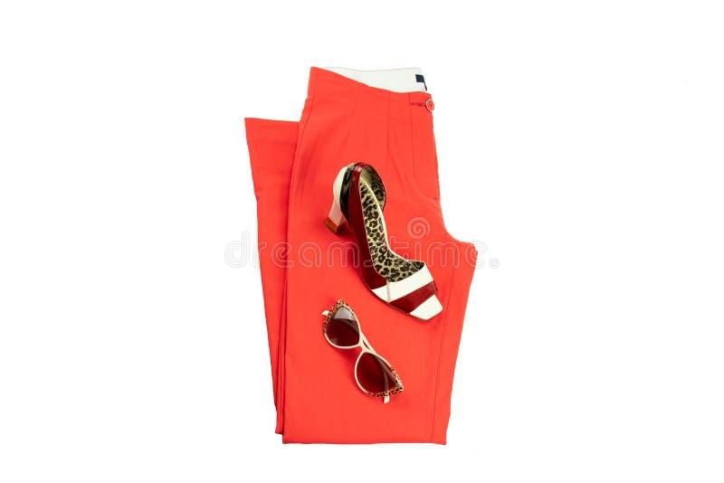 Rode elegante vrouwenbroeken, een aanpassings elegante vrouwelijke schoen en zonglazen royalty-vrije stock foto