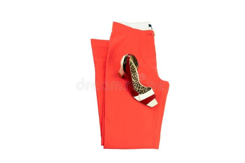 Rode elegante vrouwenbroeken en een aanpassings elegante vrouwelijke schoen o royalty-vrije stock foto's
