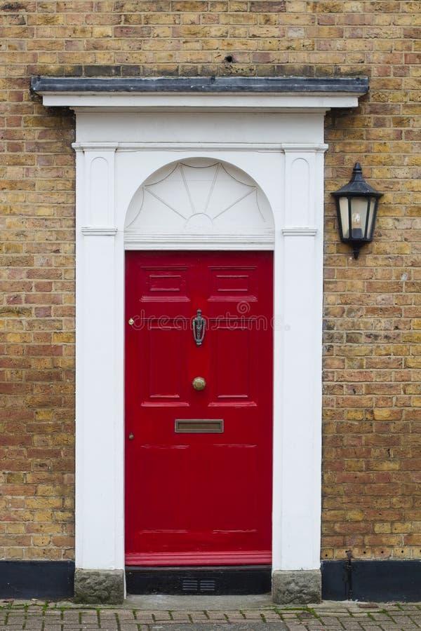 Rode elegante woonflatdeur royalty-vrije stock afbeeldingen