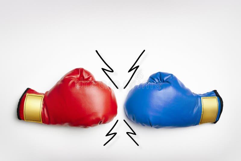 Rode en blauwe bokshandschoenen royalty-vrije stock afbeeldingen