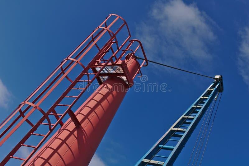 Rode en blauwe bootkraan met blauwe hemel stock foto's