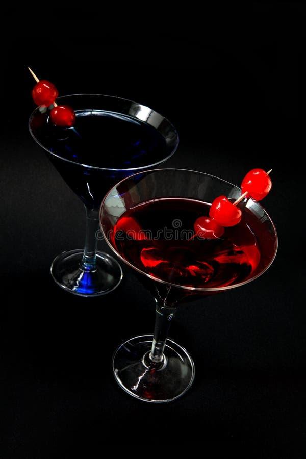 Rode en blauwe cocktails op zwarte royalty-vrije stock foto