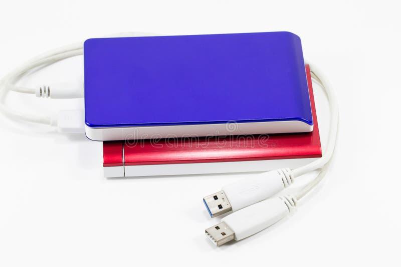 Rode en blauwe externe die harde schijf op witte die achtergrond wordt geïsoleerd op witte achtergrond wordt geïsoleerd stock foto