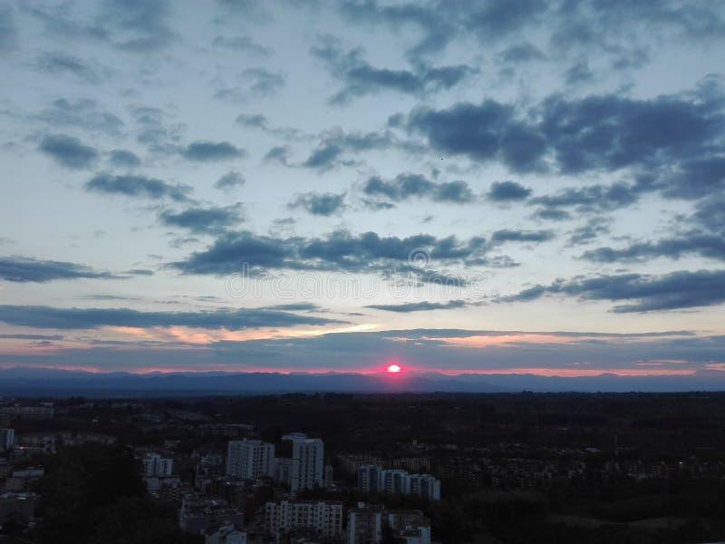 Rode en blauwe hemel stock foto