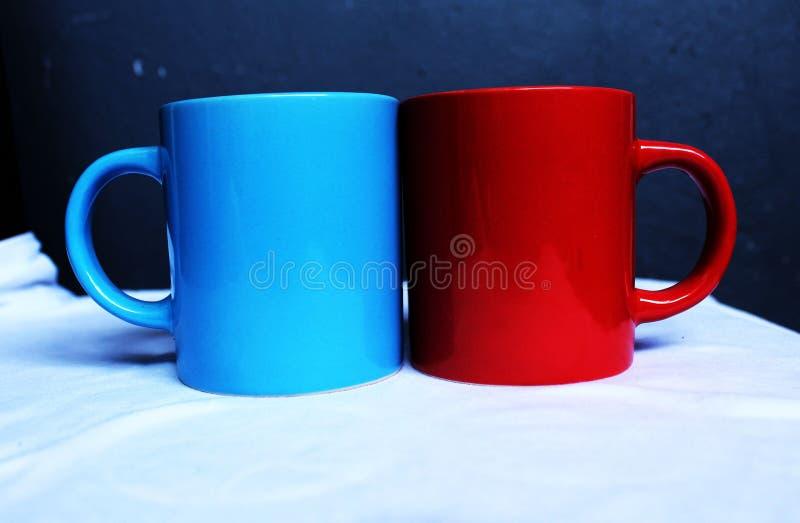 Rode en blauwe mokken stock afbeelding