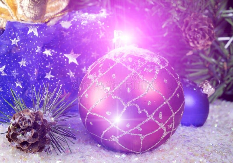 Rode en blauwe Nieuwjaarballen op sneeuw en giftzak stock afbeelding