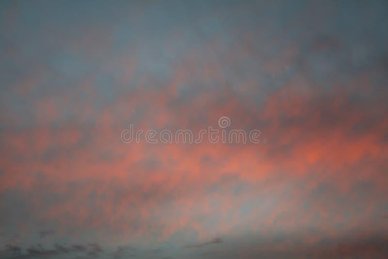 Rode en blauwe wolken stock foto