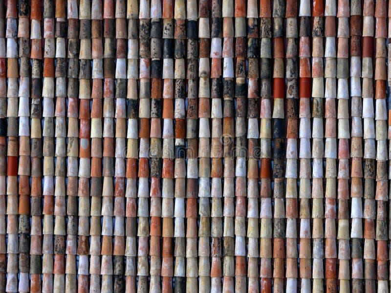 Rode en bruine Dakspanen op huizen en gebouwen in Europa royalty-vrije stock afbeelding