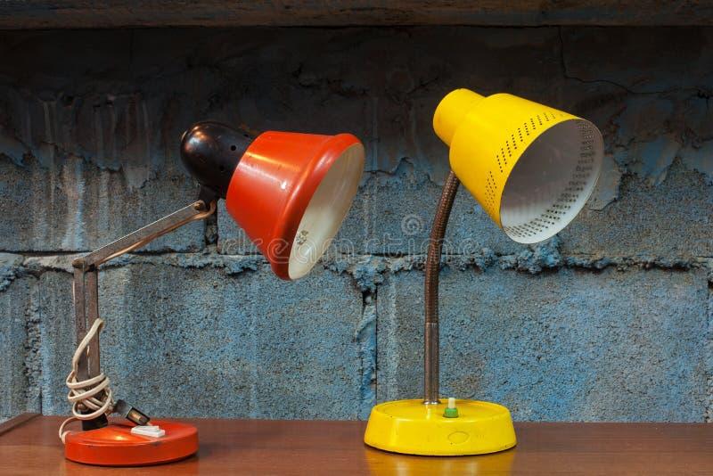Rode en gele bureaulamp stock foto's