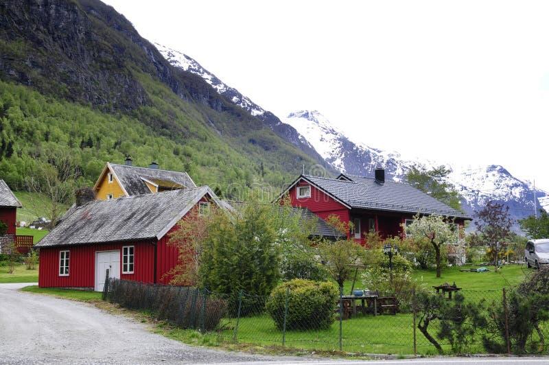 Rode en Gele Landelijke Noorse Huizen stock fotografie