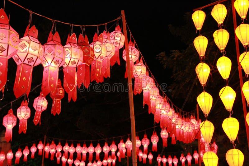 Rode en gele Lanna-lantaarnlamp in Loy Kratong Festival, of vraag Yee Peng Festival bij noordelijk van Thailand stock afbeelding