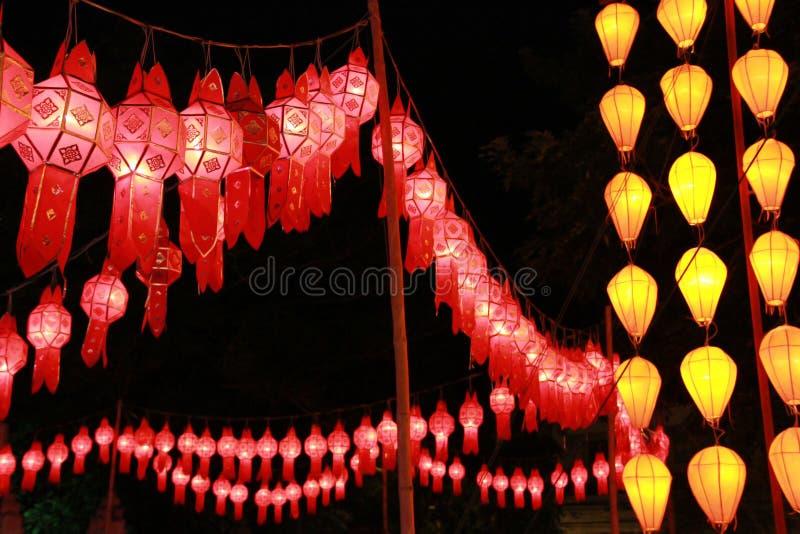 Rode en gele Lanna-lantaarnlamp in Loy Kratong Festival, of vraag Yee Peng Festival bij noordelijk van Thailand royalty-vrije stock fotografie
