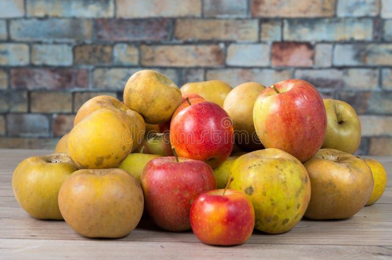 Rode en gele organische appelen op houten lijst stock foto