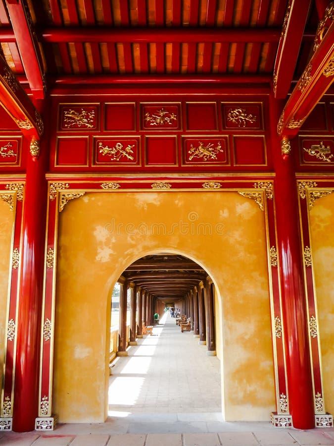 Rode en gele overwelfde galerijgalerij bij het koninklijke paleis in Tint, Vietnam royalty-vrije stock fotografie