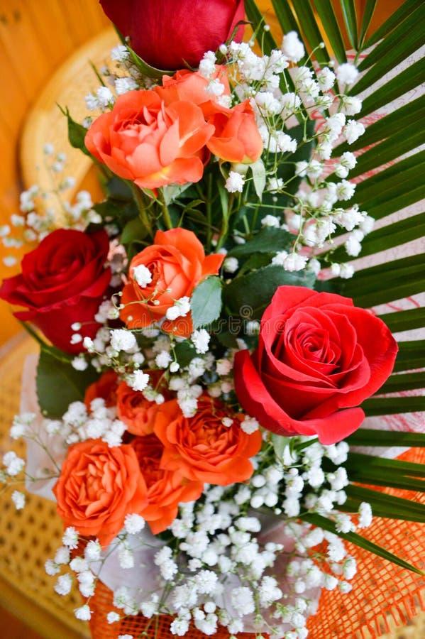 Rode en gele rozen in een boeket stock afbeelding