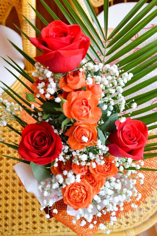 Rode en gele rozen in een boeket royalty-vrije stock fotografie