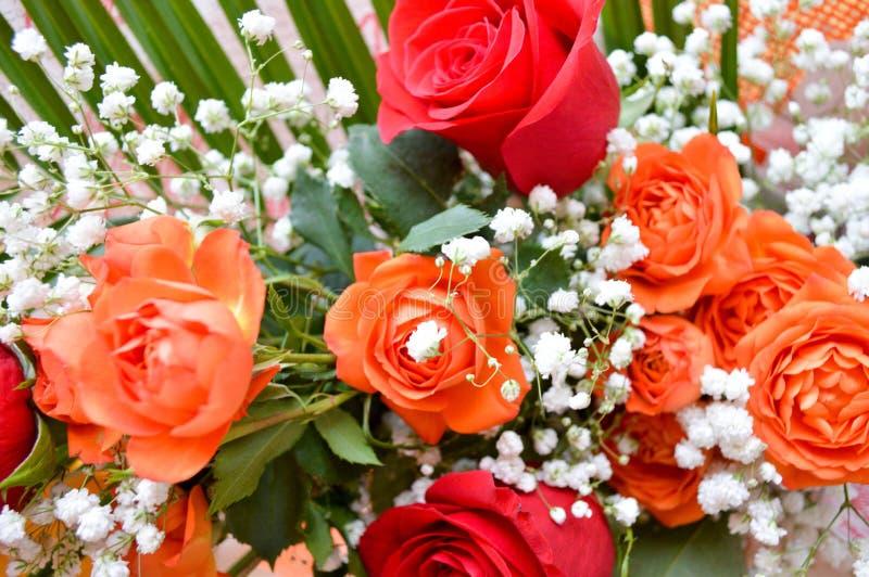 Rode en gele rozen in een boeket stock foto's