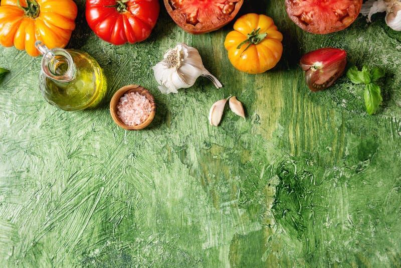 Rode en gele tomaten stock afbeeldingen