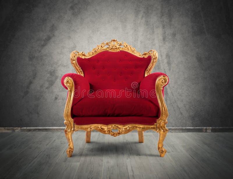 Rode en gouden luxeleunstoel stock afbeelding