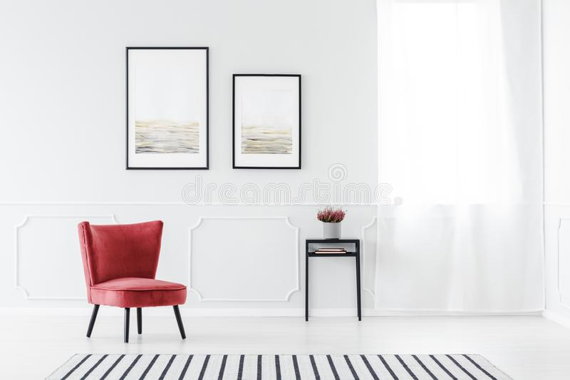 Rode en grijze woonkamer stock foto's