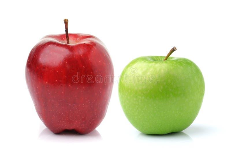 Rode en Groene Appel die op witte achtergrond wordt geïsoleerdt stock fotografie