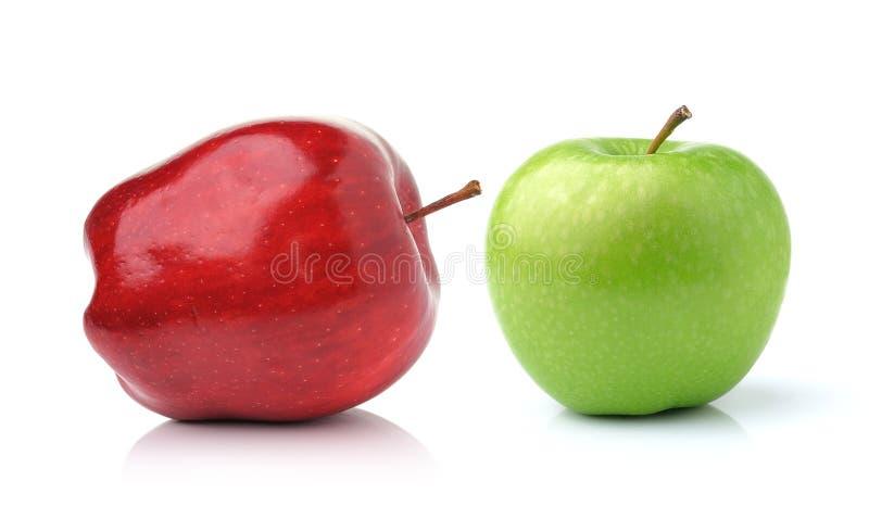 Rode en Groene Appel die op witte achtergrond wordt geïsoleerdt royalty-vrije stock fotografie