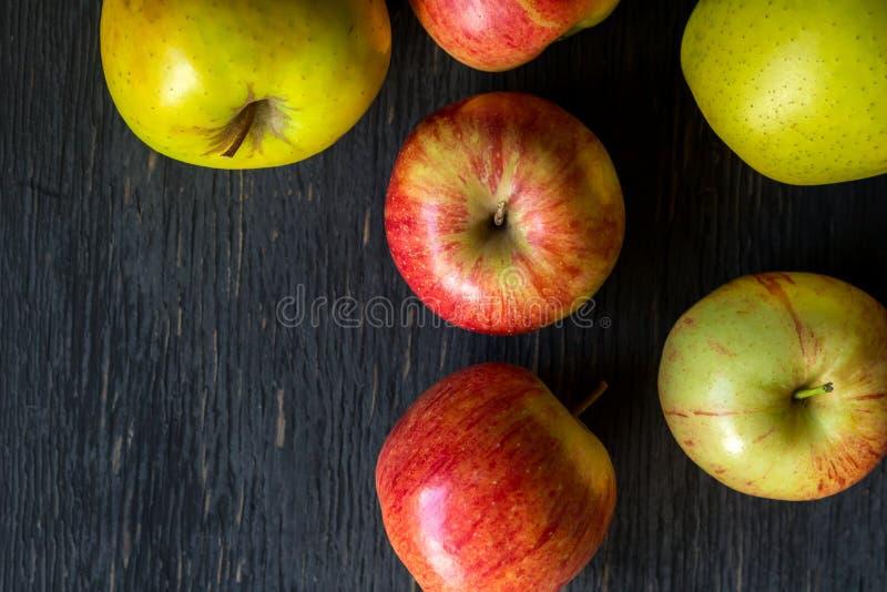 Rode en groene appelen op een donkere houten achtergrond stock foto's