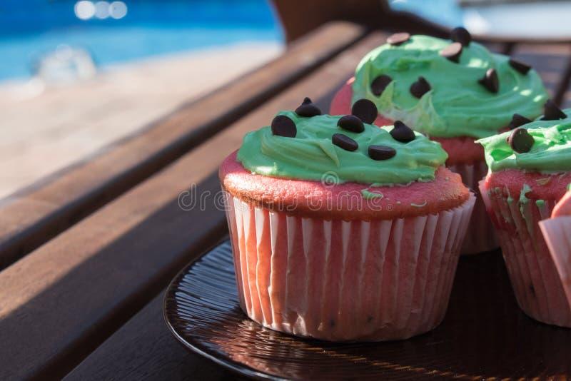 Rode en groene chocoladeschilfer cupcake stock foto's