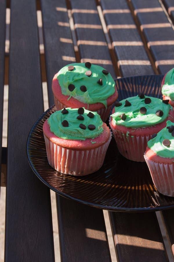 Rode en groene chocoladeschilfer cupcake royalty-vrije stock afbeelding