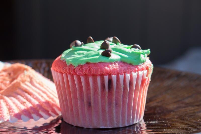 Rode en groene chocoladeschilfer cupcake royalty-vrije stock foto