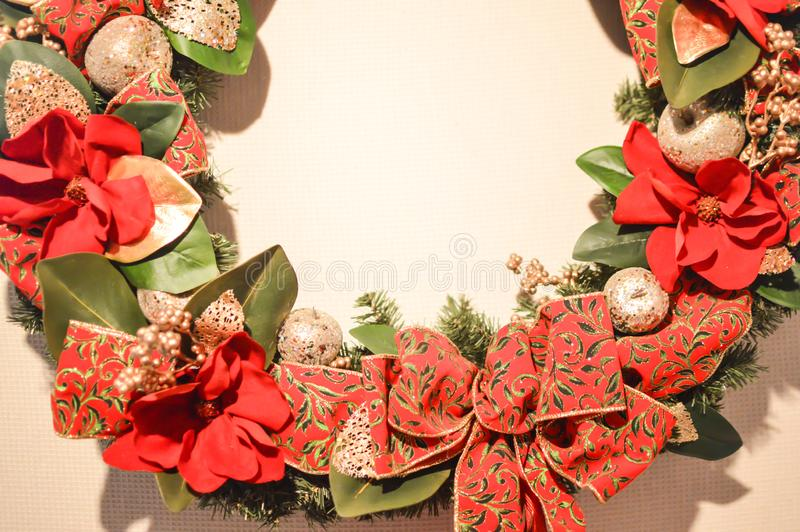 Rode en Groene Kerstmiskroon royalty-vrije stock foto's