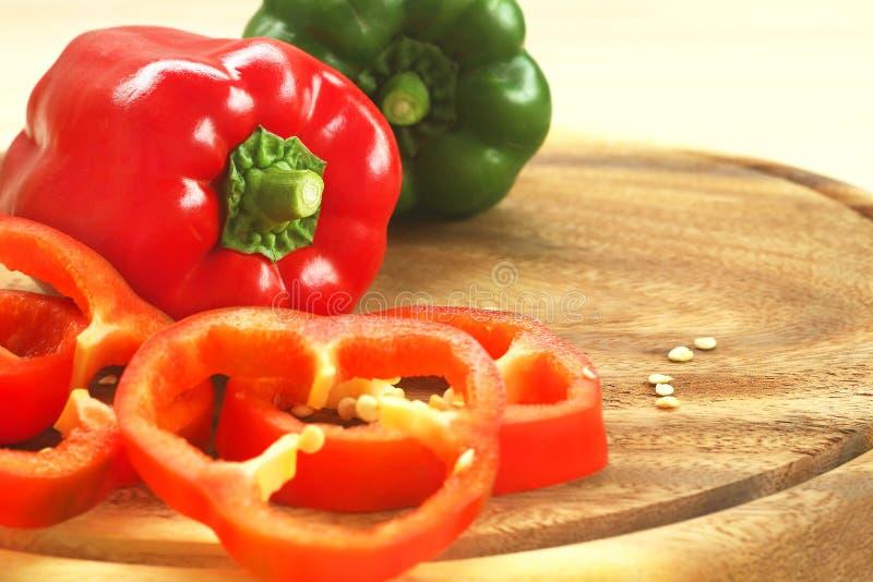 Rode en groene groene paprika's op houten scherpe raad met exemplaarruimte royalty-vrije stock foto