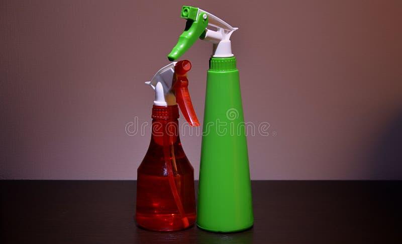 Rode en groene spuitpistolen voor het bespuiten van bloemen stock foto's