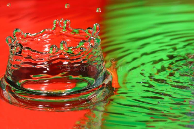 Rode en Groene water daling-plons-kroon stock foto
