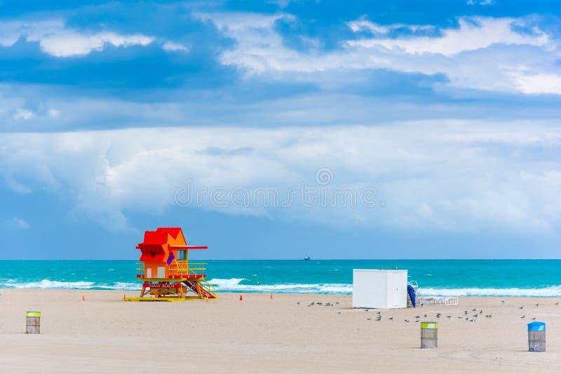 Rode en oranje badmeester in Miami Beach royalty-vrije stock afbeeldingen