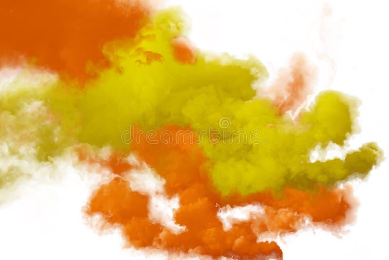 Rode en oranje die rook op witte achtergrond wordt geïsoleerd stock afbeeldingen