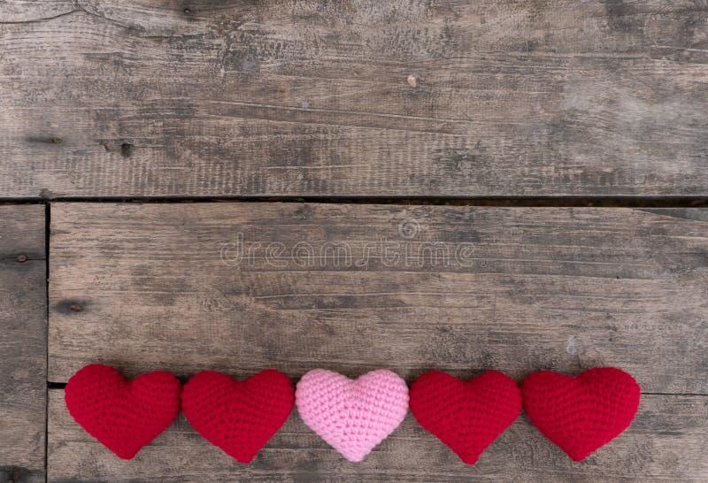 Rode en roze Harten op de houten lijst royalty-vrije stock fotografie
