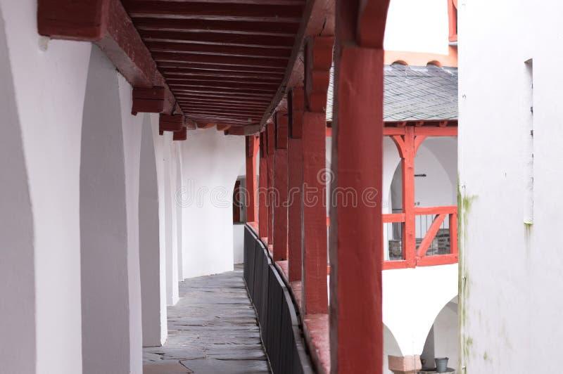 Rode en witte colonnade van een middeleeuws balkon royalty-vrije stock afbeeldingen