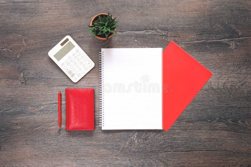 Rode en witte kantoorbehoeften op houten bureau royalty-vrije stock foto